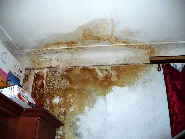 Ржавое пятно на потолке: как его убрать?