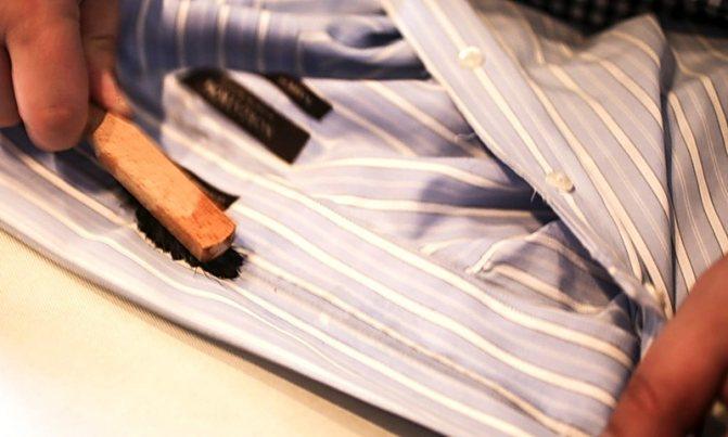 Как отстирать ручку с белой одежды: различные способы