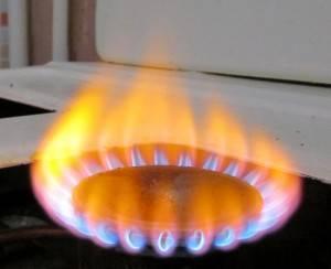 Газ на плите горит оранжевым, красным или желтым цветом