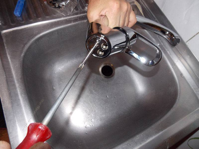 Как поменять смеситель на кухне замена крана своими руками