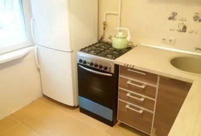 Можно ли ставить холодильник рядом с газовой или электрической плитой?