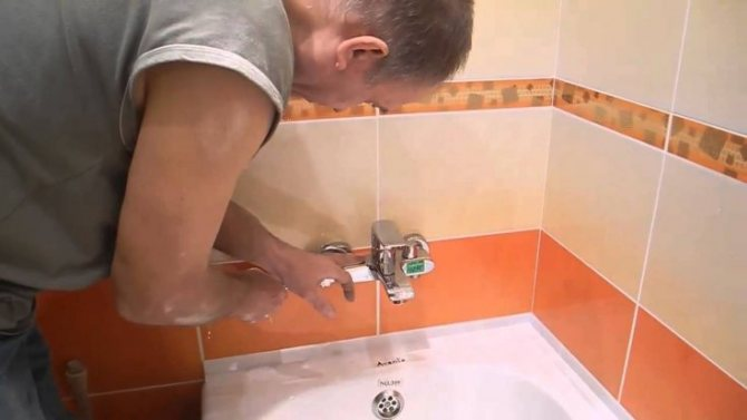 Смесители на борт ванной: основные плюсы и минусы