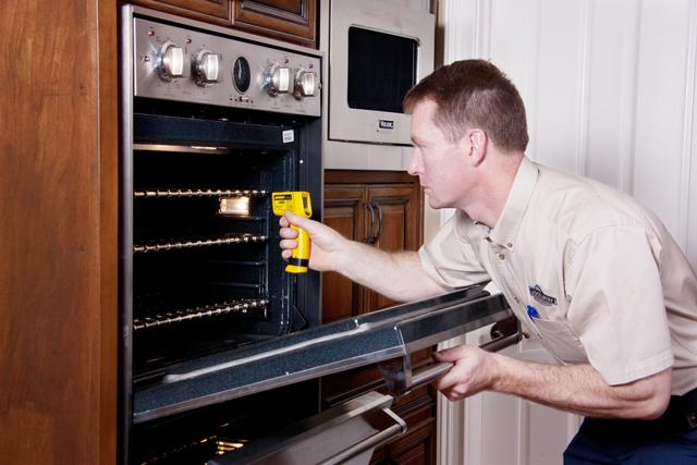 Ремонт духовки в газовой плите: что делать, если она не работает, тухнет и не зажигается, коптит дверцы и плохо включается, сильно нагревается при работе?