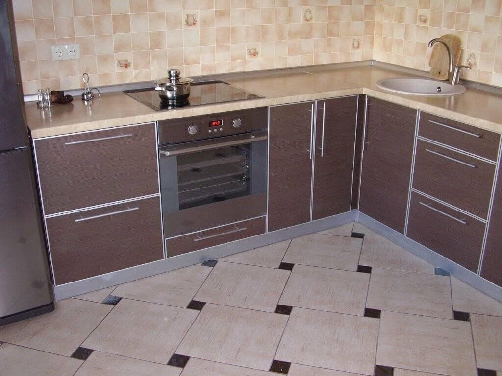 Чем лучше покрыть пол на кухне — разбираемся сразу и не кусаем потом локти