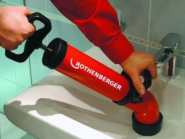 Как прочистить унитаз в домашних условиях: видео-инструкция по очистке своими руками тросом, варианты чем можно очистить забитую канализацию, фото