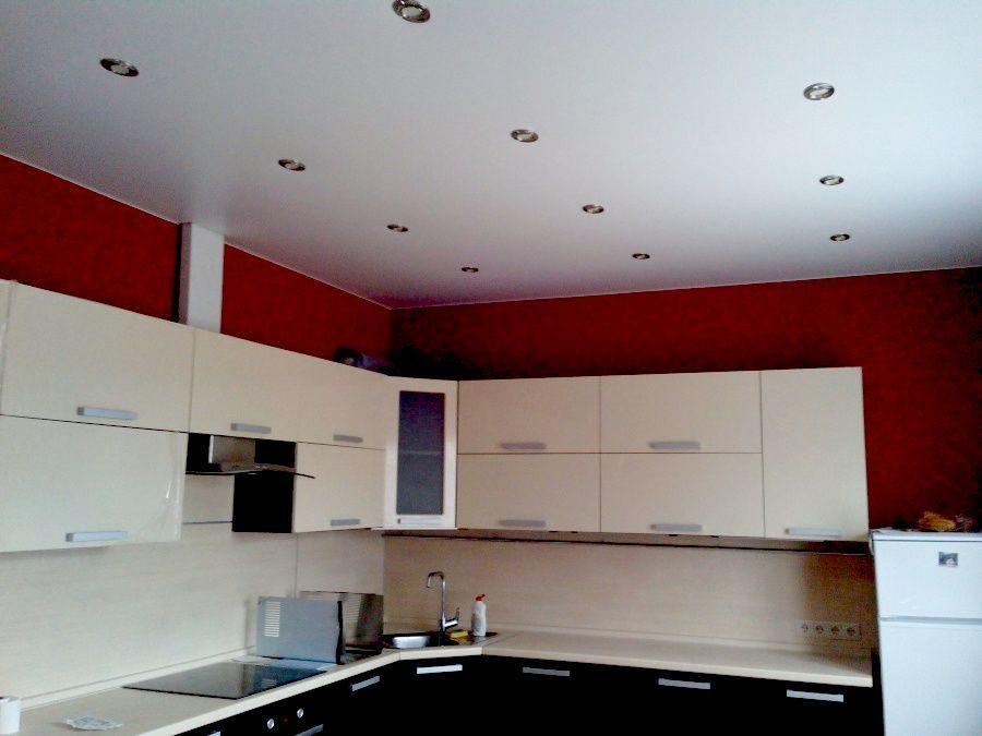 Натяжные потолки для кухни: плюсы и минусы матовой и глянцевой поверхности