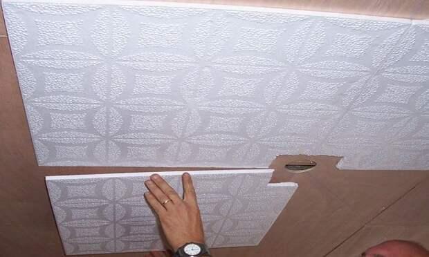 Как правильно клеить потолочную плитку своими руками: на побелку, по диагонали или змейкой