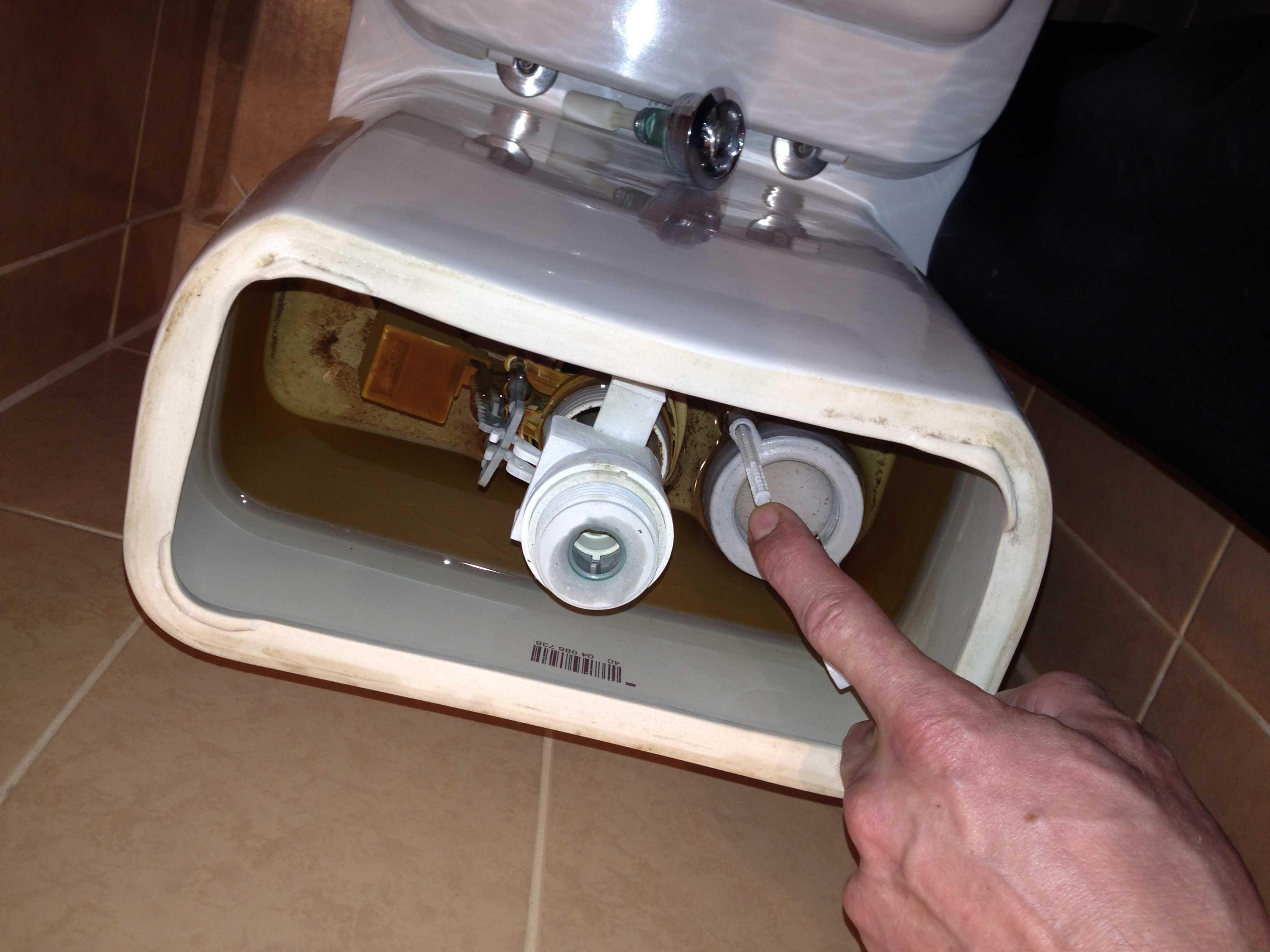 В бачке унитаза перелив воды: почему постоянно набирается вода, переполняется и переливается чаша унитаза, что делать