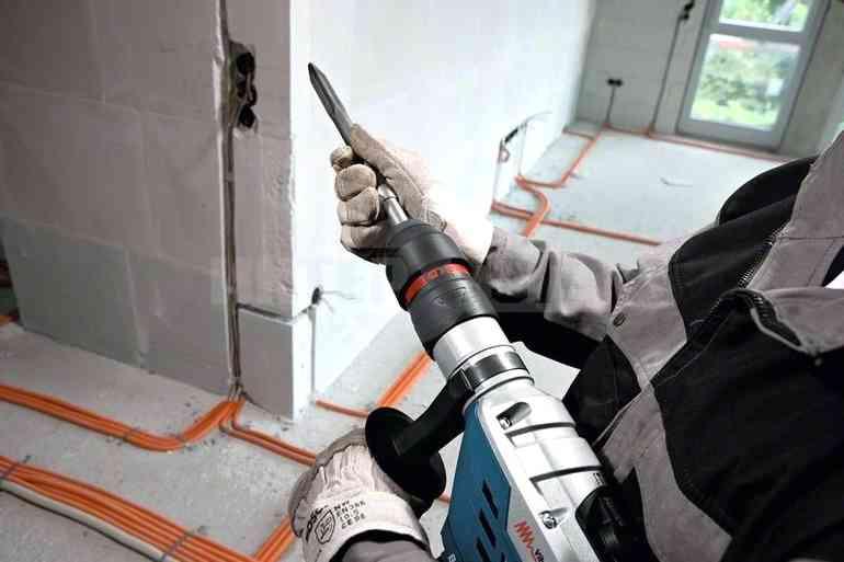 Штробление стен под проводку: способы формирования штроб, монтаж проводки в штробы, актуальные рекомендации