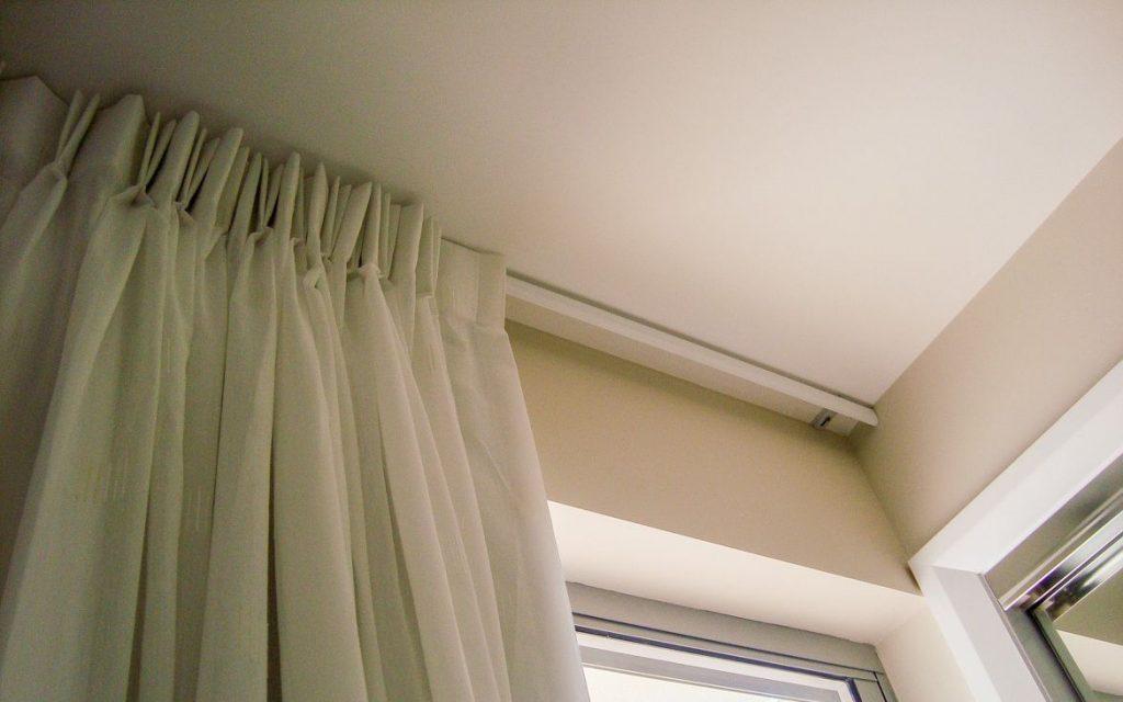 Оформление окон шторами, декорирование и идеи для витражных в интерьере, как украсить тюлем гостиную, варианты занавесок и наклейки на стекло