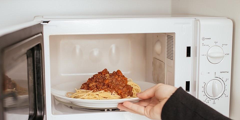 Безопасно ли стоять перед микроволновой печью?
