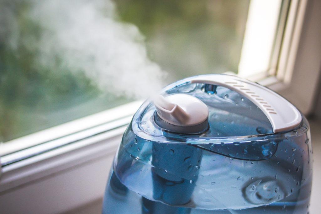 Какую воду заливать в увлажнитель воздуха: обычную или дистиллированную? Правила эксплуатации прибора