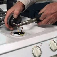 Почему газовая плита бьет током: популярные причины и рекомендации по их устранению