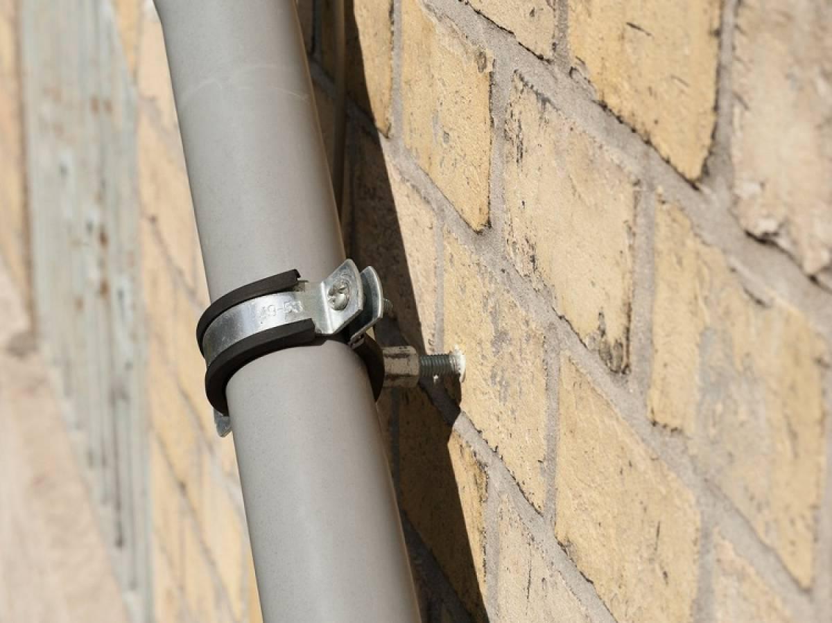Хомуты для крепления труб: металлические стальные обжимные варианты большого диаметра, ремонтные изделия для заземления
