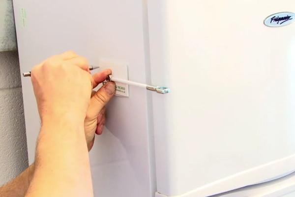 Можно ли встроить обычный холодильник в кухонный гарнитур: пошаговая инструкция, схема и чертеж, советы по монтажу и техника безопасности