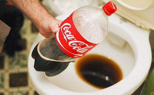 Как почистить унитаз кока-колой от известкового налета и