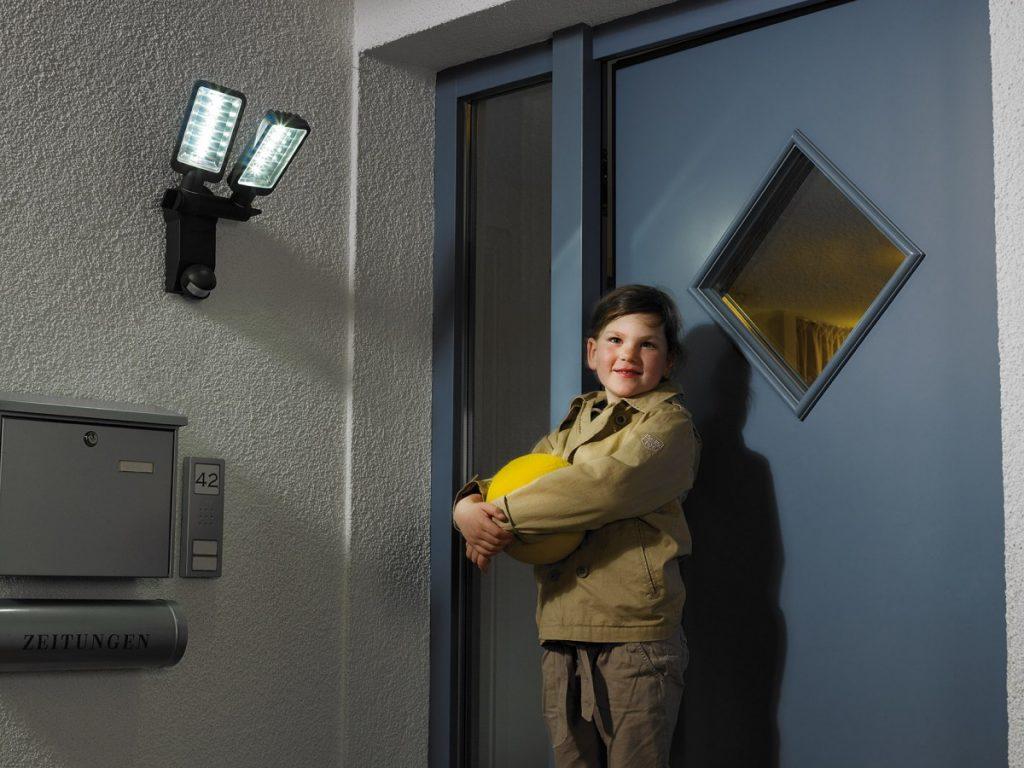 Топ-7 лучших светильников с датчиками движения: плюсы и минусы, отзывы