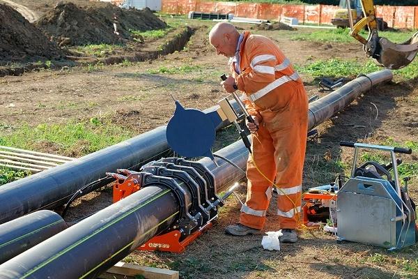 Прокладка газопровода в футляре через стену: специфика устройства узла ввода в дом трубы для газа