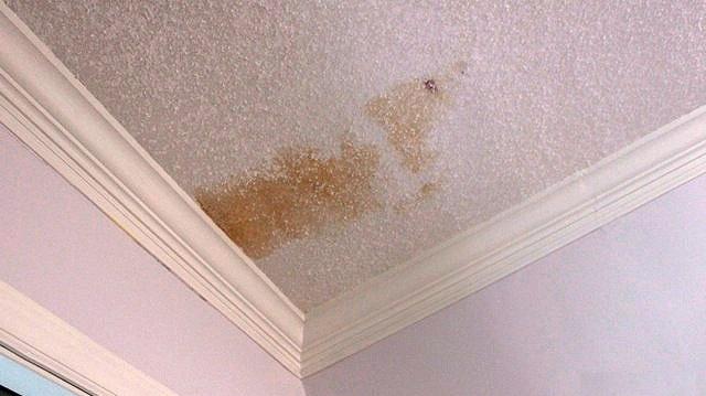 Секреты опытных мастеров, как убрать желтые пятна на потолке после затопления