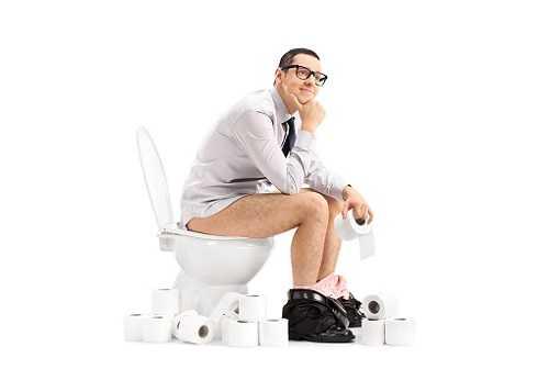 Почему нельзя и что будет если долго сидеть в туалете: проктологи предупреждают