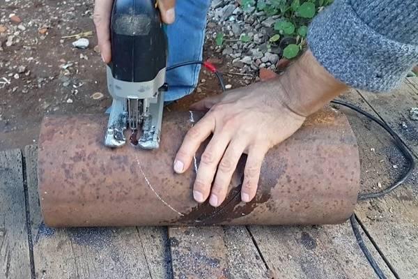 Как ровно отрезать трубу используя подручный инструмент