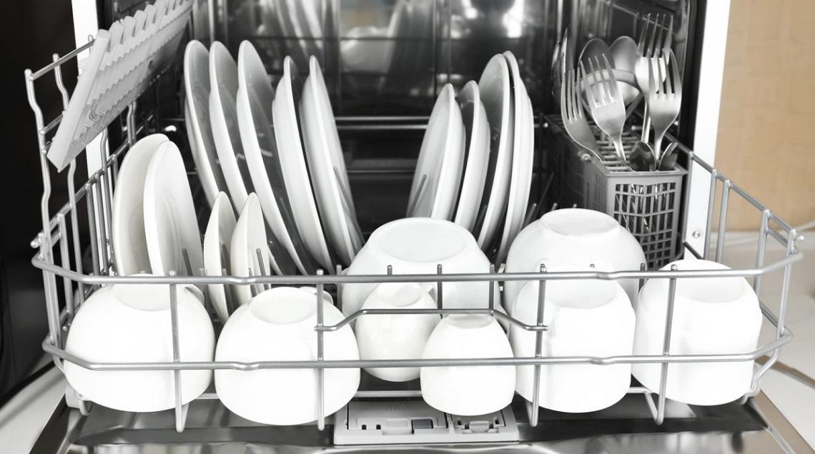 Как правильно загружать посуду в посудомоечную машину: правила эксплуатации посудомойки