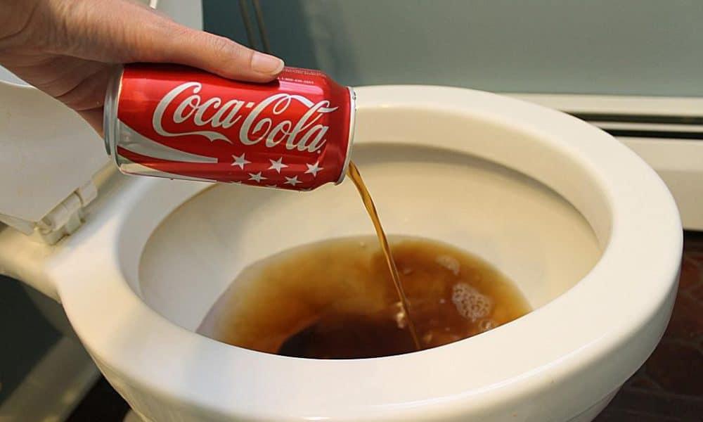 Что будет, если налить в туалет кока колу, можно ли почистить унитаз газировкой — рассказываем подробно