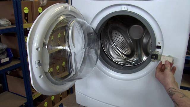 Как открыть дверь стиральной машины hotpoint-ariston? почему не открывается дверь и как ее разблокировать после стирки?