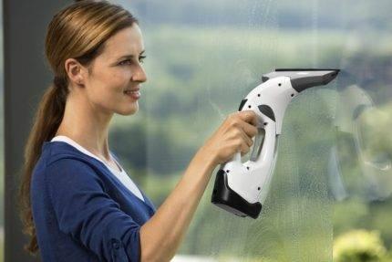 Электрический стеклоочиститель для мытья окон: разновидности и принцип действия