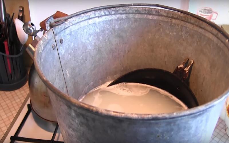 Как очистить чугунную сковороду от многолетнего нагара и ржавчины?