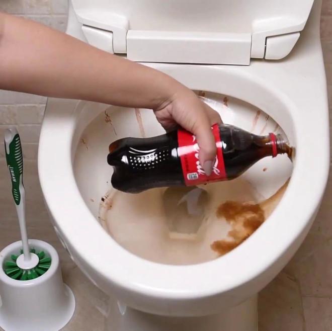 Как почистить унитаз кока-колой от известкового налета и - учебник сантехника