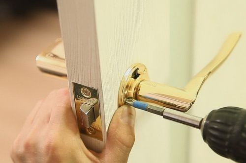Установка замка в дверь: как сделать своими руками?