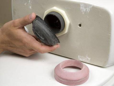 Как установить прокладку между бачком и унитазом: когда необходимо менять уплотнитель