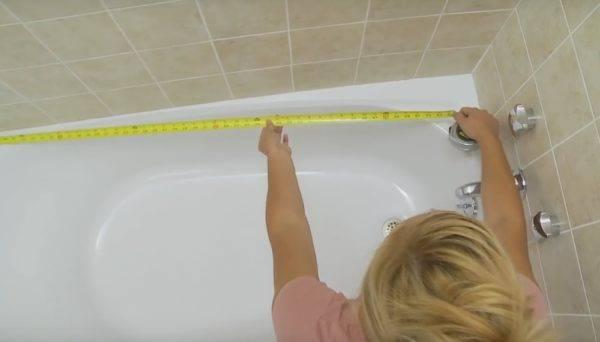 Пластиковый бордюр для ванной - как приклеить на плитку и под неё? подробный монтаж