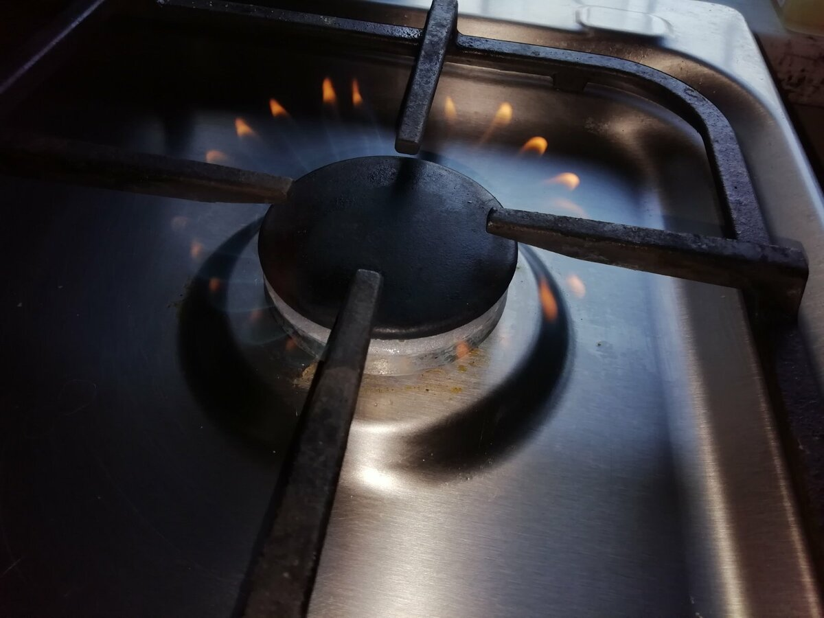 Почему коптит газовая плита в квартире и на даче – причины и их устранение