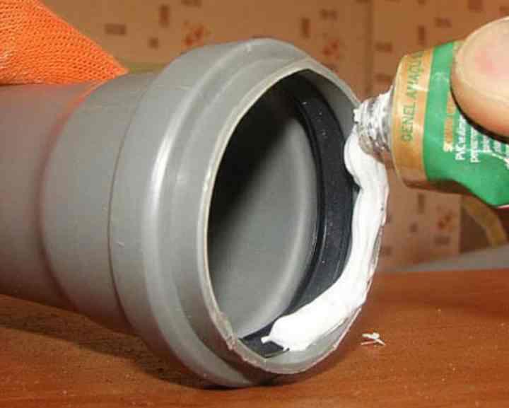Как и чем заделать течь в трубе канализации – правила выполнения ремонта