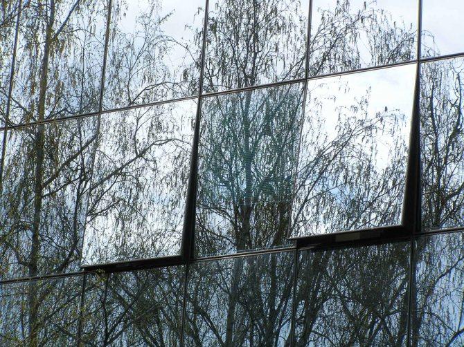 Тонировка балкона. виды и преимущества   окно у дома