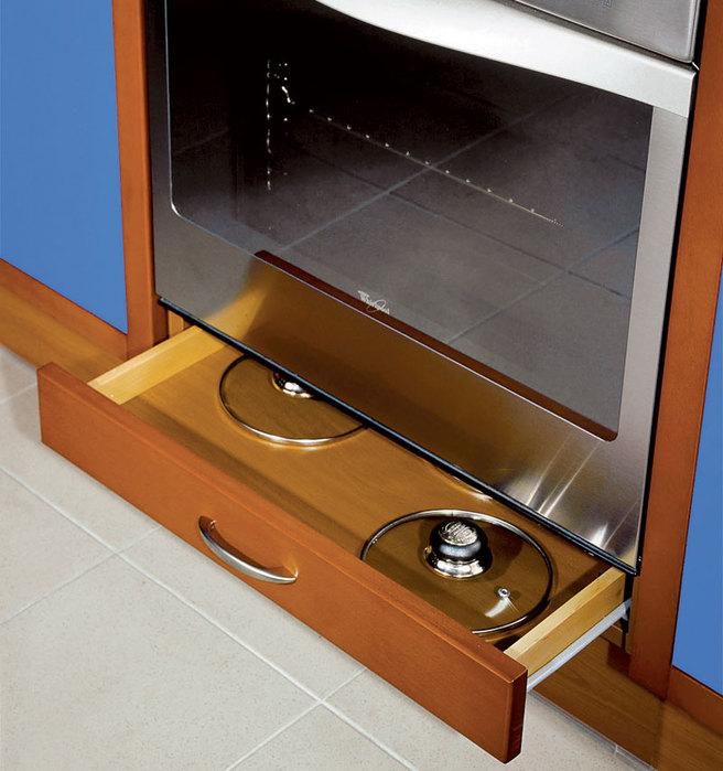Для чего нужен ящик под духовкой в плите: можно ли в нём хранить посуду и разогревать еду