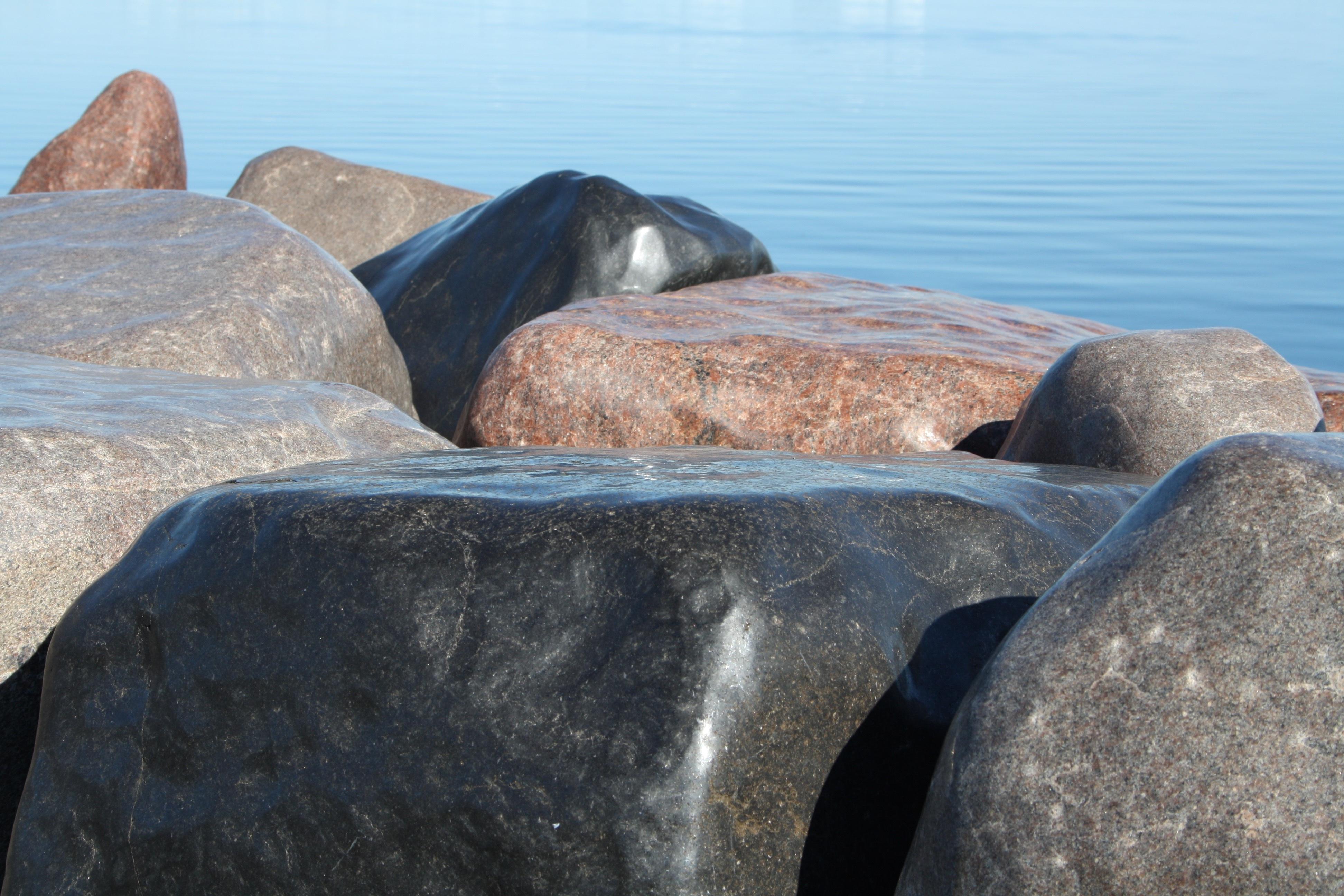 К чему снятся камни: видеть большие и маленькие камешки в воде или на земле, собирать или кидать их