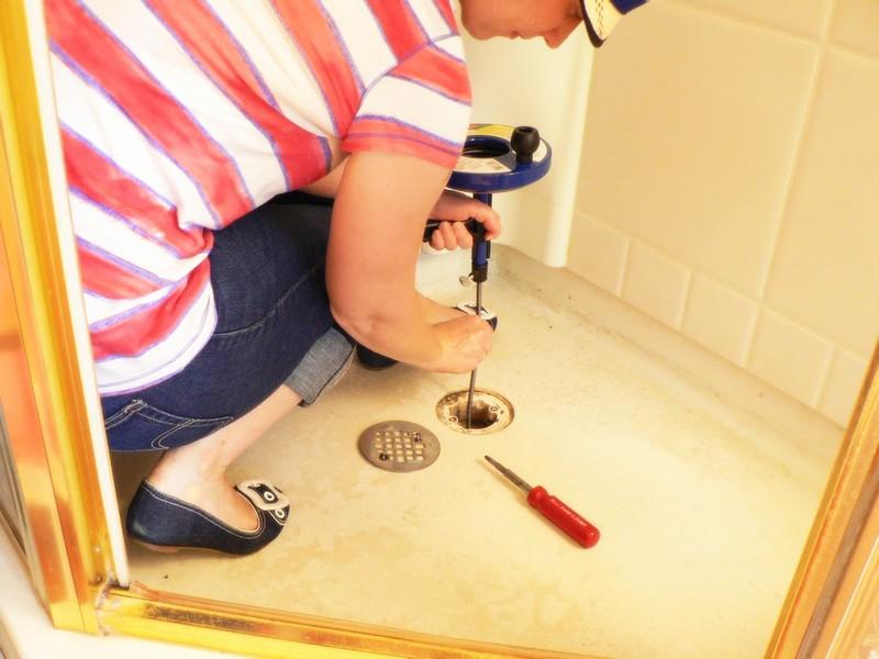 Как и чем прочистить засор в ванной комнате