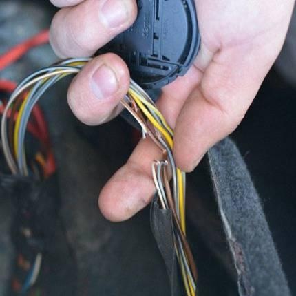 Как найти скрытую проводку в стене квартиры прибором и без