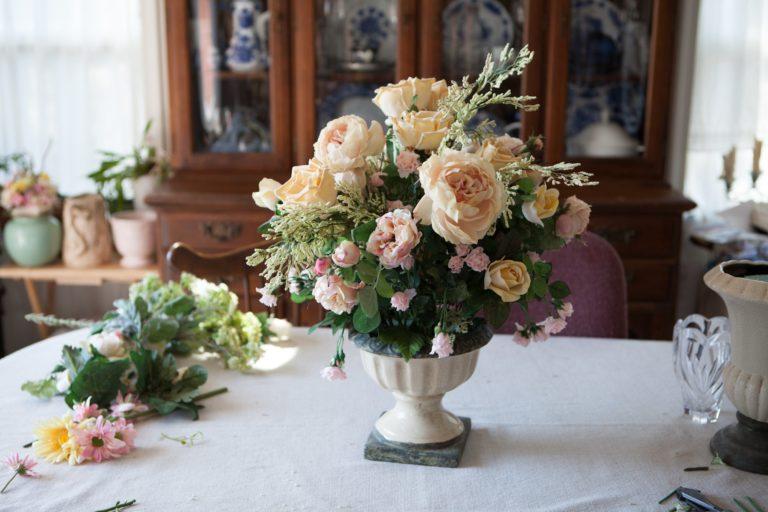 Узнайте, какие искусственные цветы можно ставить дома, и приметы, с ними связанные