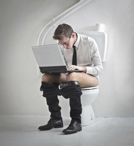 Как сидеть на унитазе правильно и почему нельзя долго