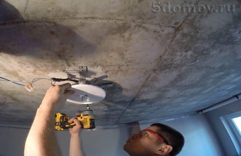Как повесить люстру на натяжной потолок: технология крепления.