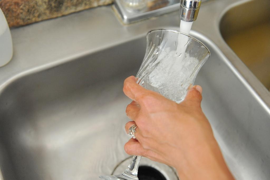 Как отмыть графин с узким горлышком изнутри: проверенные способы очистки от налета стеклянных ваз и кувшинов