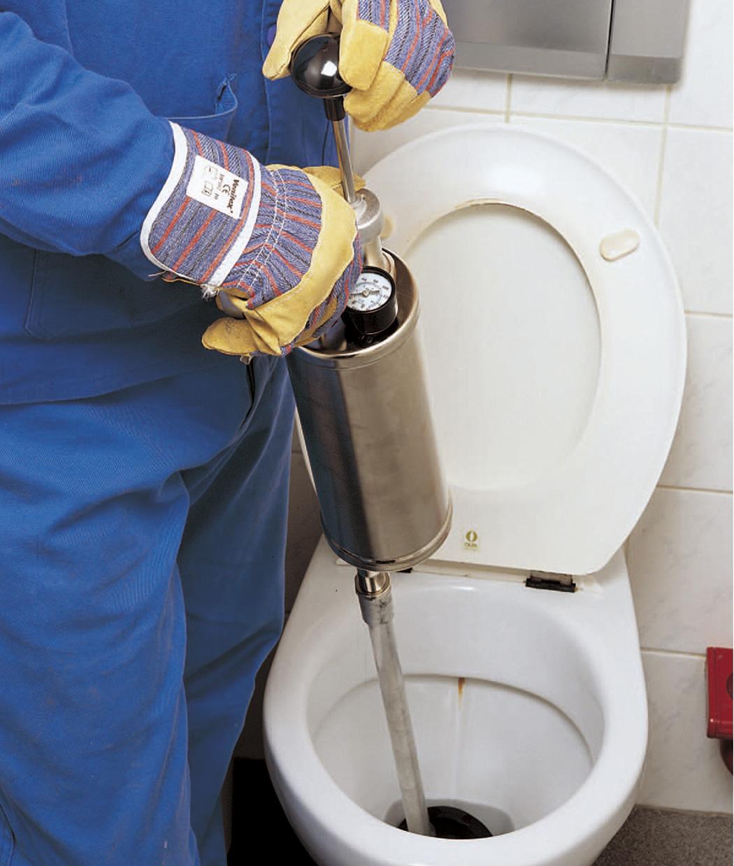 Как прочистить унитаз от засора в домашних условиях вантузом тросом уксусом содой