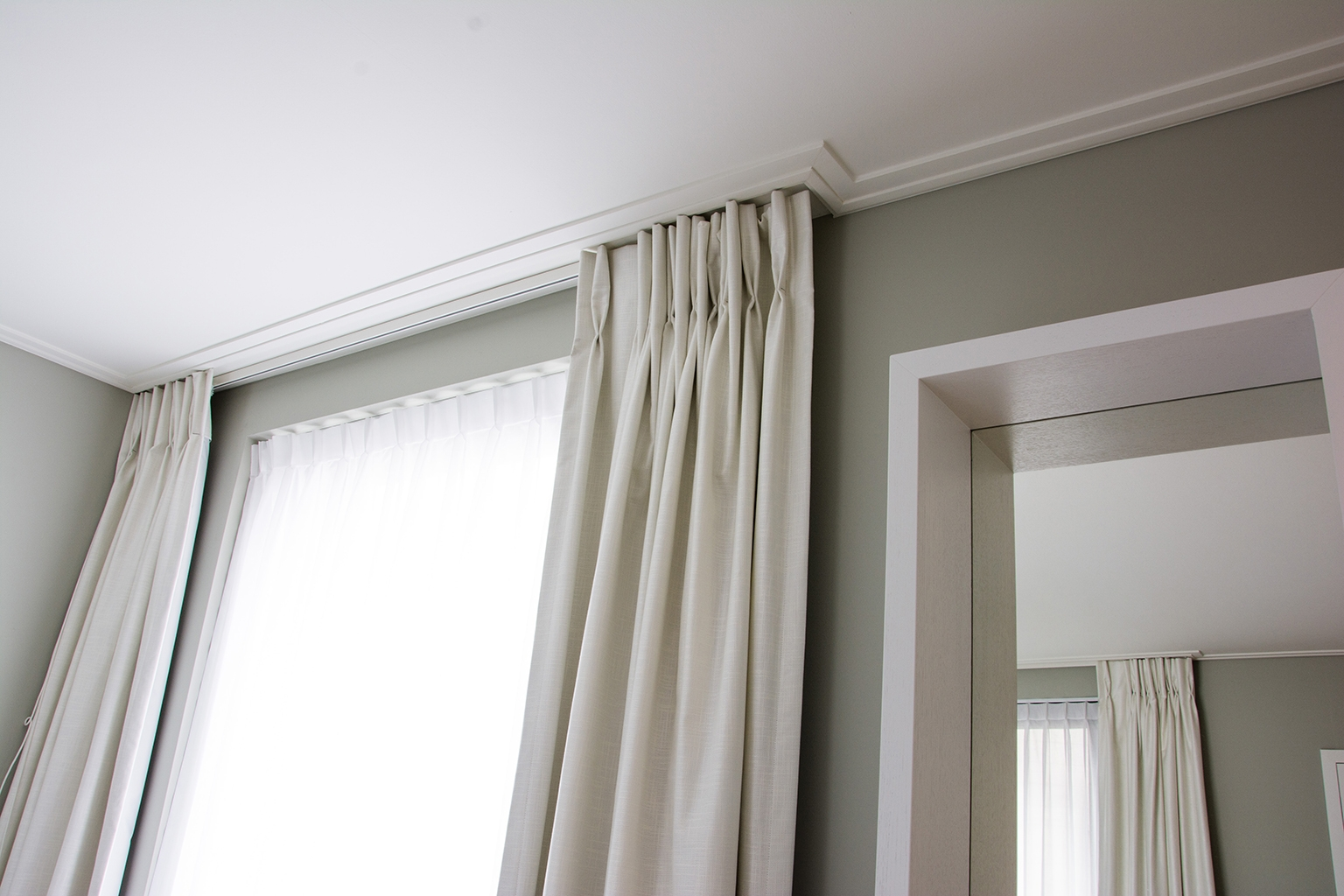 Скрытый потолочный карниз для штор: размеры ниши для штор, чем его можно закрыть и как оформить плинтусом