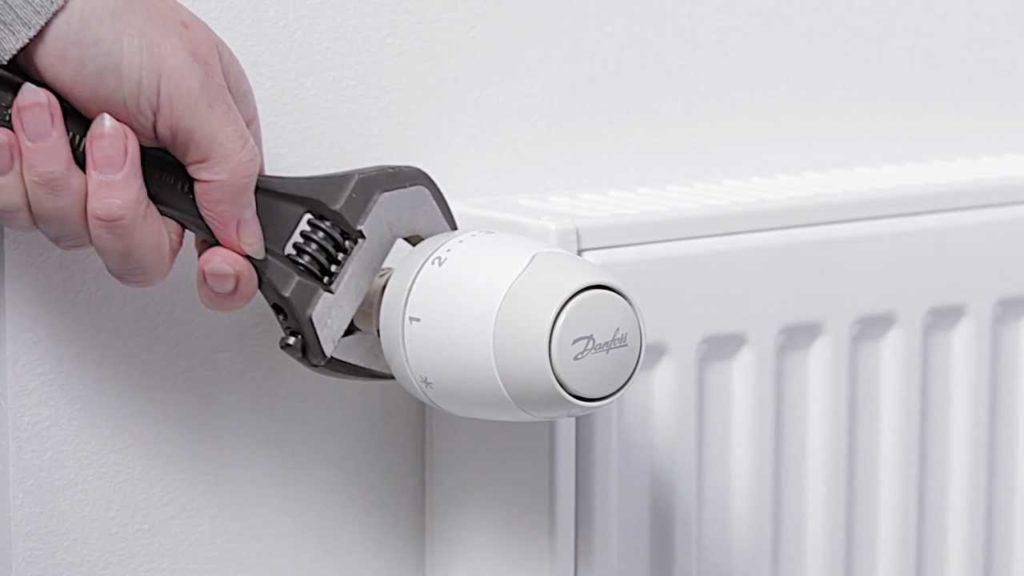 Установка терморегулятора на радиатор отопления: схема, как правильно установить и снять прибор с батареи своими руками