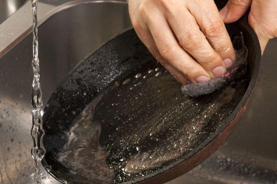Как очистить чугунную сковороду: от многолетнего и чёрного нагара