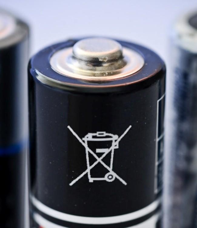 Почему нельзя выкидывать батарейки в мусорное ведро, чем это опасно
